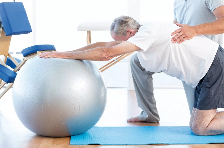 Двигательная терапия при лечении остеохондроза с помощью мяча