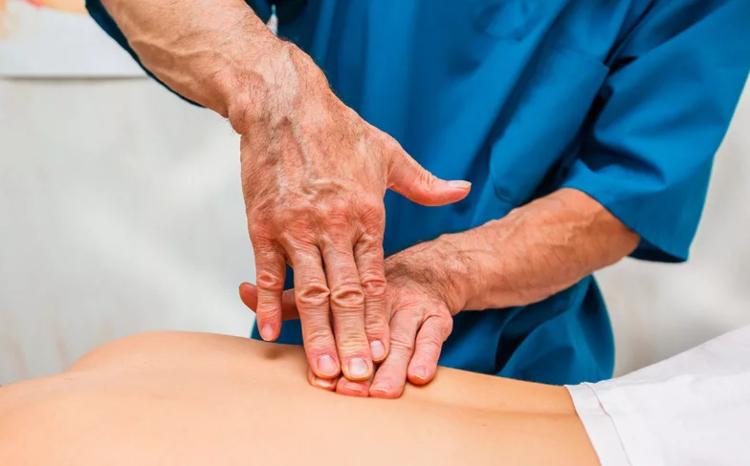 Один из методов мануальной терапии при остеохондрозе