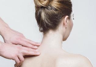 Точечный массаж руками при сильной боли в шейном отделе