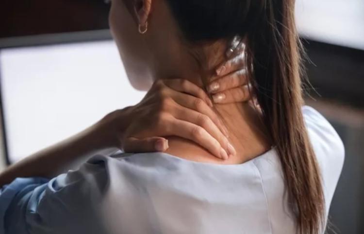 Синдром компьютерной шеи при частом многочасовом сидении за компьютером