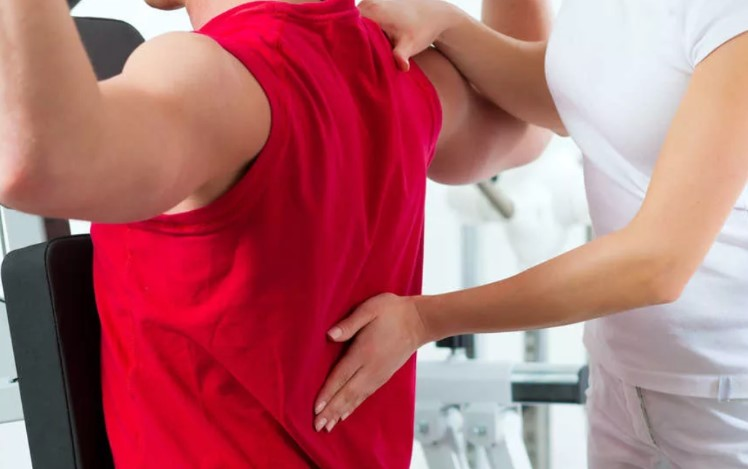 Боль в спине может возникнуть по разным причинам.