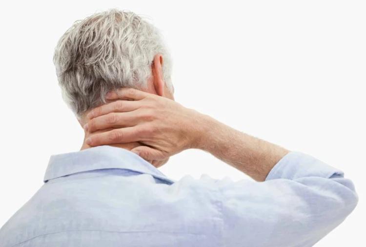 Боль в шее у пожилого мужчины