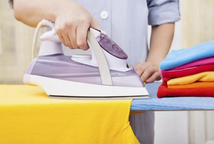 Правильно стоять, когда гладишь белье, спасет от остеохондроза.