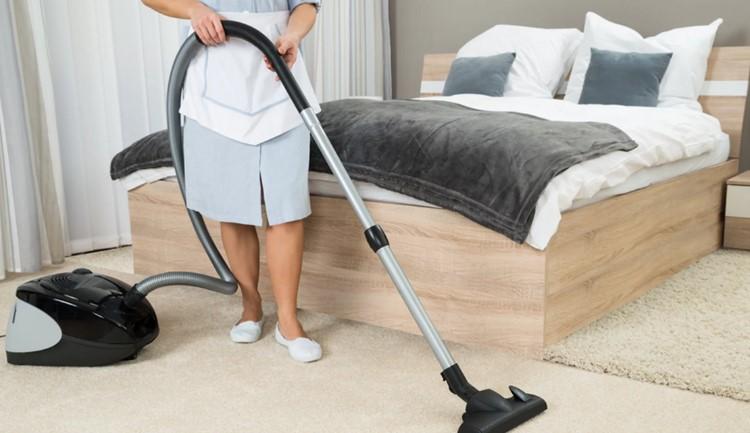 Правильно стоять во время уборки.