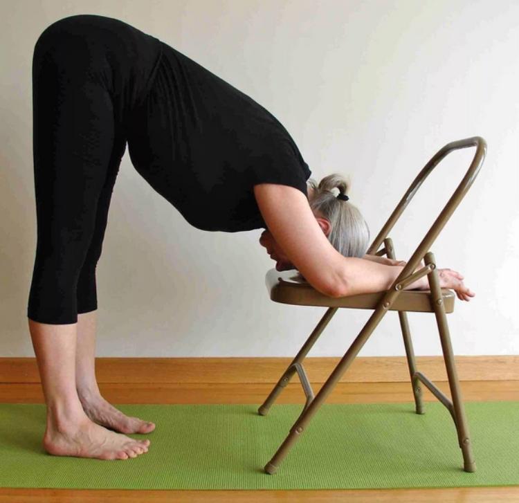 Упражнения со стулом.