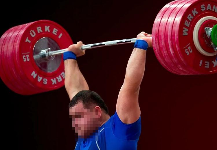 Занятия тяжелой атлетикой связан с большими нагрузками на позвоночник